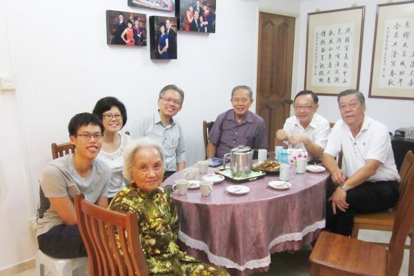 左起第二人是允菘,第一人是他的祖母,第三人是他的妈妈,第四人是他的爸爸(兴民)。